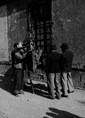 Cilindrero tocando en una calle de la Ciudad de México