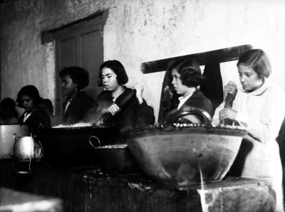 Cocineras peparando comida en unas cazuelas