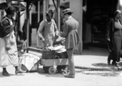 Hombre comprando en la calle