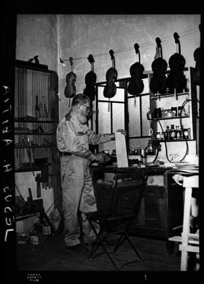 Jesús H. Abitia Garcés fabrica instrumentos musicales en su taller