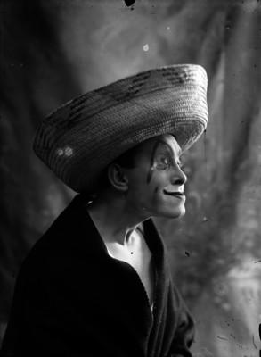 Vicente Enhart, de perfil derecho, retrato