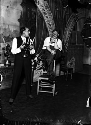 Vicente Enhart y Antonio Alegría ejecutan una escena cómica