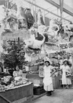 Mujeres comerciantes junto de sus puestos en el mercado de San Juan donde destaca la venta de piñatas