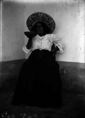 Mujer tomando pulque con xoma, retrato