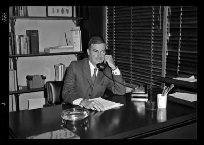 Florencio Acosta publicista, habla por teléfono en su oficina
