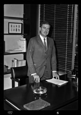 Florencio Acosta en su oficina, retrato