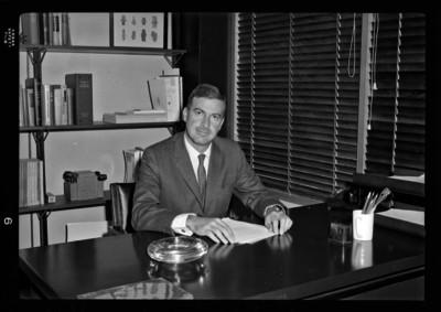 Florencio Acosta sentado ante su escritorio de oficina, retrato