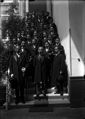 Mintshiro Adatchi con miembros de la colonia Japonesa