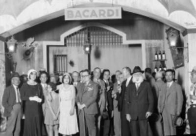 Ejecutivos de la empresa Bacardi durante un drindis en compañía de familiares y empleados en las instalaciones de la misma