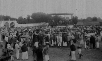 Aglomeración durante un evento en una plaza pública