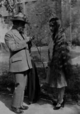 Hombre y mujer de cabellera larga dialogan