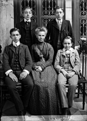 Familia de Victoriano Agüeros, retrato de grupo
