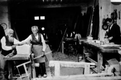 Carpinteros trabajando en un taller