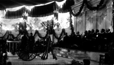 Porfirio Díaz en compañía de funcionarios en una ceremonia militar