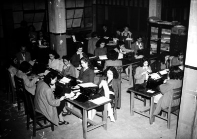 Empleados laboran en una oficina pública