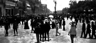 Multitud en una calle de la Ciudad de México