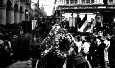 Cortejo funebre transita por una calle de la Ciudad de México
