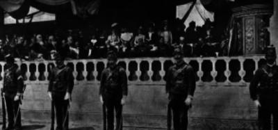 Porfirio Díaz y funcionarios presiden una ceremonia militar