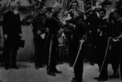 Porfirio Díaz saluda a un militar en una ceremonia