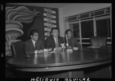 Hesiquio Aguilar haciendo uso de la palabra durante un evento periodístico