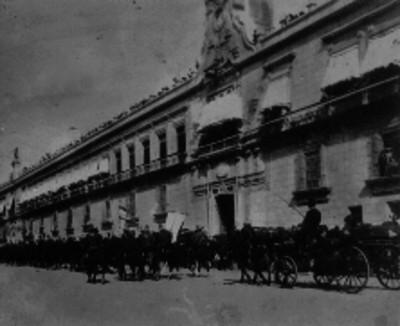 Caballería desfila frente a Palacio Nacional durante los festejos del Centenario