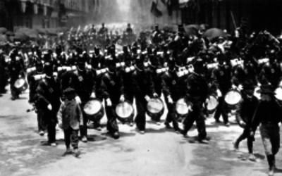 Banda militar en desfile durante las fiestas del centenario