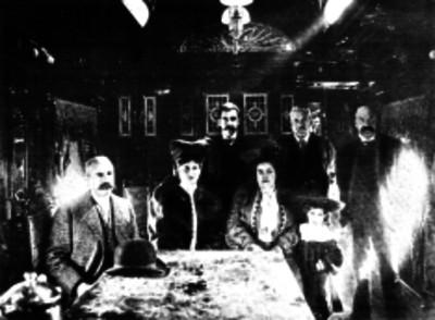 Ramón Corral con familiares y funcionarios públicos en un vagón del ferrocarril presidencial