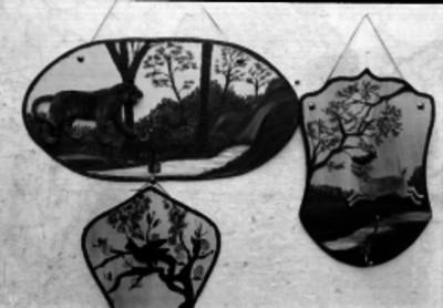 Parcheroa labrados y pintados con diferentes animales y paisajes, colgados en la pared