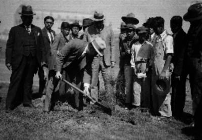 Probables empleados públicos durante un acto de sembrar un árbol en presencia de adolescentes de condición humilde, en los alrededores del Deportivo Chapultepec