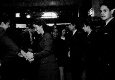 Empleados del servicio postal durante una celebración del día del cartero en un salón