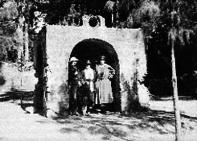 Mujeres visitando una de las capillas del Desierto de los Leones