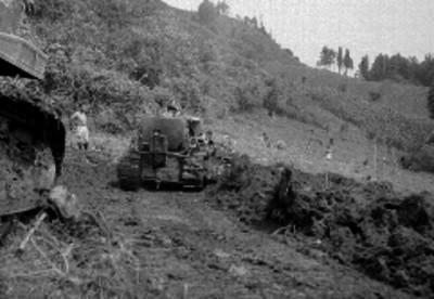 Hombres trabajando con buldocer en al construcción de un camino
