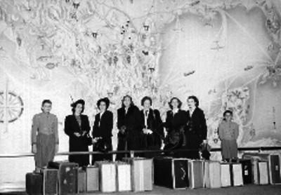 Mujeres con niños botones, en la recepción de un hotel