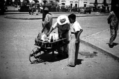 Niño comprando un raspado de hielo