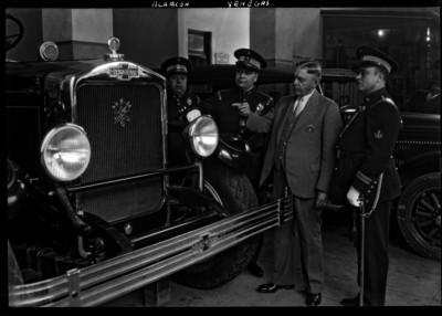 """Evodio """"Alarcón y Venegas"""" observan un camión de bomberos en la estación"""