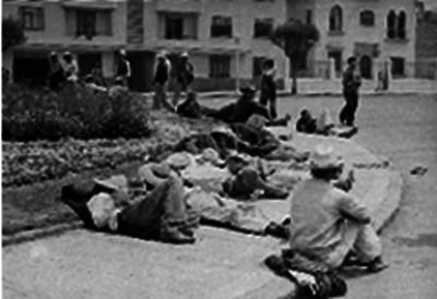 Braceros descansan en la calle
