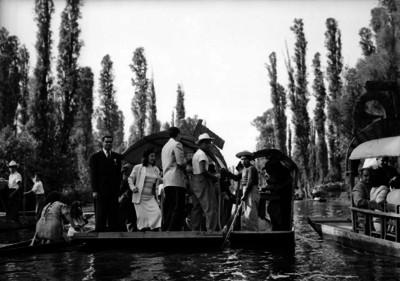 Turistas paseando en una bolsa por el lago de Xochimilco