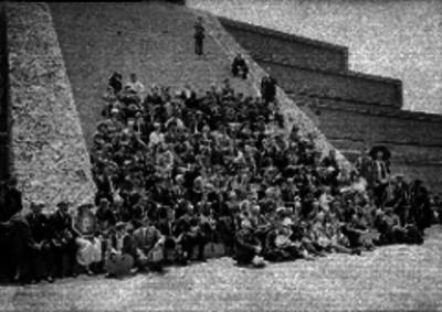 Turistas posando sentados en una pirámide de Teotihuacán
