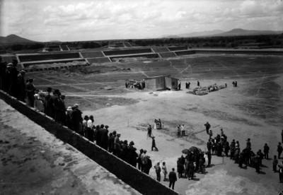 Pirámides de Teotihuacán e individuos observandolas