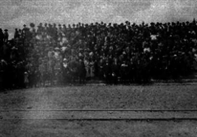 Turistas posando en los patios del estacionamiento del ferrocarril de San Lázaro