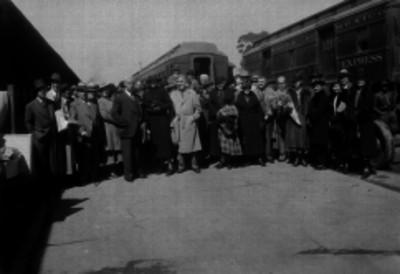Viajeros en el pasillo de estación de ferrocarril en San Lázaro, retrato