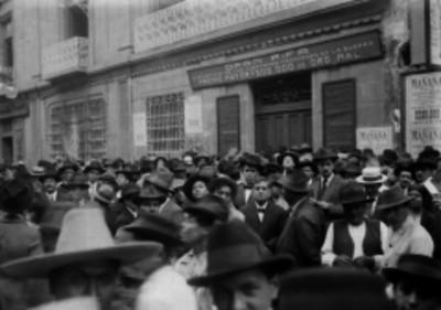 Aglomeración de gente frente a las oficinas de la Lotería Nacional