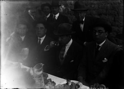 Rafael Alducin bebe de un jarro durante un banquete
