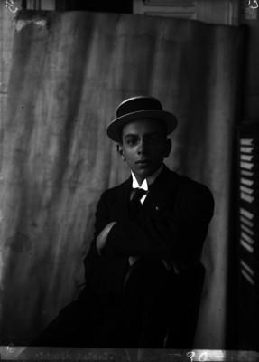 Rafael Alducin sentado en una silla, retrato