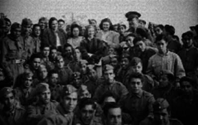 Soldados acompañados de un oficial y varios mujeres probablemente durante una ceremonia en honor al día del soldado, retrato