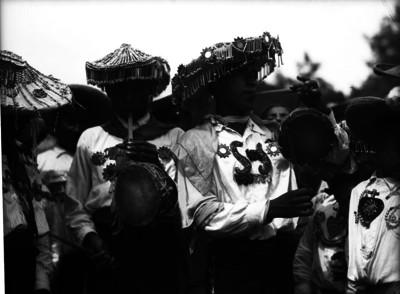 Musicos típicos oaxaqueños con trajes folclóricos tocando chilenos y tambores