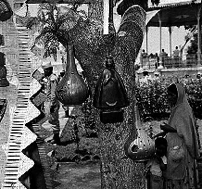 Crucifijo elaborado con tejido de palma en un puesto ambulante