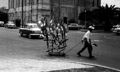 Vendedor ambulante de banderas en el cruce de las avenidas Eugenia y Cuauhtémoc