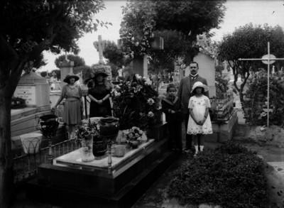 Vito Alessio Robles con su familia visitan una tumba, retrato de familia