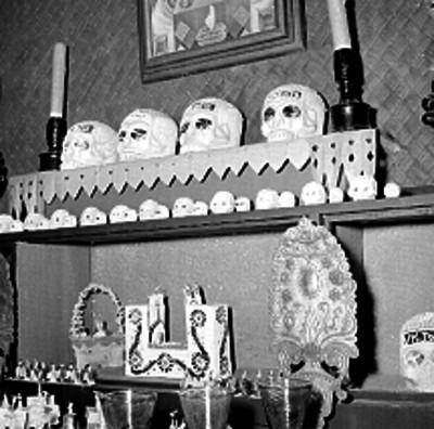Altar de día de muertos en el interior de una casa rústica